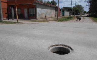 González Catán: vecinos piden la reparación de la tapa de un pozo pluvial en plena calle