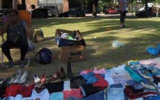 Manteros luchan por un espacio en la plaza de Rafael Castillo para vender sus productos