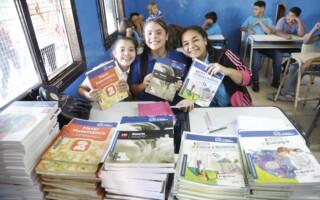 Verónica Magario entregó libros y útiles por cuarto año consecutivo