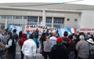 Gregorio de Laferrere: «banderazo» en reclamo de la apertura de los hospitales