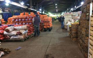 """Alertan por una fuerte caída de ventas en el Mercado Central por """"la parte clandestina"""" y """"los tarifazos"""""""
