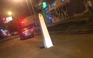 """Insólito: gracias a un """"obelisco vecinal"""", repararán un pozo que tiene casi un año de existencia"""