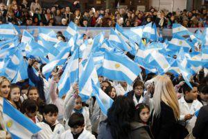 Verónica Magario tomó la Promesa de Lealtad a la bandera en Villa Luzuriaga