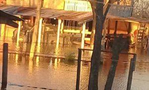 Lluvias y anegamientos: habilitaron dos centros de evacuados en edificios escolares