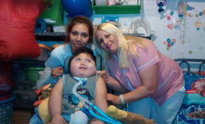 Piden ayuda para un nene que sufre una enfermedad crónica por una mala praxis