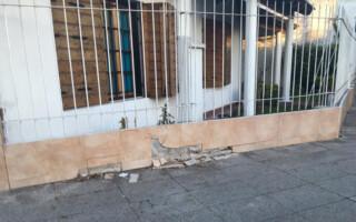 Ramos Mejía: le chocaron el frente de su casa ya seis veces y pide un semáforo