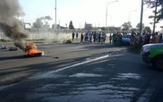 Gregorio de Laferrere: tras la trágica muerte de una mujer, vecinos cortaron la Ruta 21 en reclamo de luminarias y control policial
