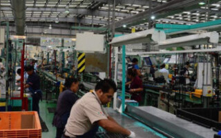Según el INDEC, la actividad industrial se derrumbó 4,5 por ciento