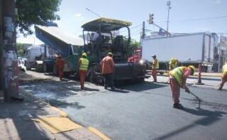 Continúan las obras de repavimentación y bacheo sobre la Av. Juan Manuel de Rosas