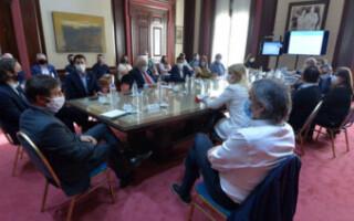 Kicillof y Cafiero encabezaron una reunión con los intendentes para coordinar el trabajo de los comités de emergencia en los barrios