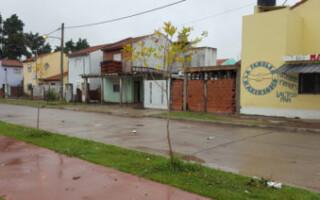 """Antes de su aislamiento, el Padre """"Bachi"""" pidió que el Ejército refuerce la entrega de comida en el Barrio Almafuerte"""