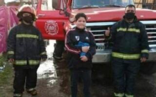 La Matanza: la conmovedora actitud de un chico con el bombero que salvó su casa de las llamas