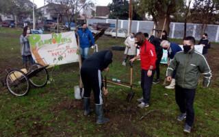 Barrio Peluffo: se plantaron más de 70 árboles y el obispo de San Justo bendijo un olivo