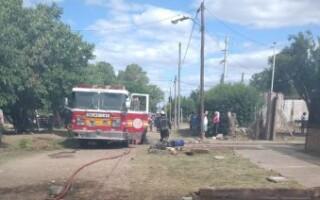 Virrey del Pino: bomberos extinguieron un incendio en un terreno que funcionaba como depósito de chatarras
