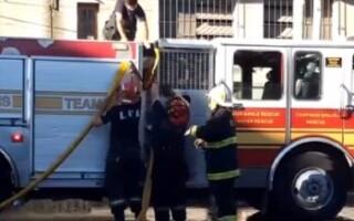 Un herido y cien evacuados en un feroz incendio producido en una aceitera de La Tablada