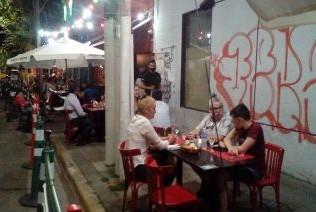 Los comerciantes gastronómicos, afectados con las restricciones horarias