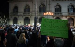 Vecinos se congregaron frente al Municipio para reclamar seguridad