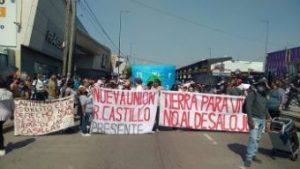 Integrantes de tres asentamientos marchan desde el shopping de San Justo a la Municipalidad