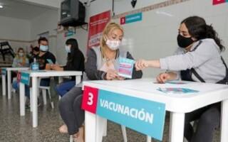 """Fernando Espinoza: """"Estamos preparando las escuelas para el operativo de vacunación más grande de la historia"""""""