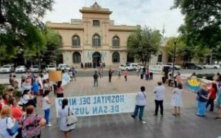 """Trabajadores municipales llevaron sus reclamos salariales al Palacio Almafuerte: """"El intendente Espinoza vive en una burbuja"""""""