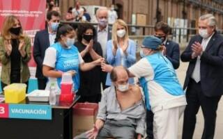 """El Presidente celebró el millón de vacunados bonaerenses y dijo que para """"abril"""" podría estar cubierta la población en riesgo"""