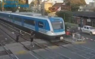 Dos bandas se enfrentaron a golpes en las vías del ferrocarril Sarmiento