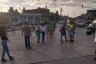 Vecinos se movilizaron y cortaron la Ruta 3 para intentar frenar la venta de un club social y deportivo