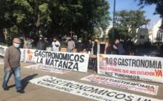 """Gastronómicos de La Matanza realizan una olla popular frente a la municipalidad: """"pedimos que no nos corten los servicios"""""""
