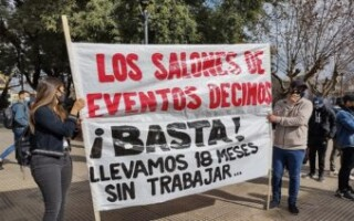 Dueños de salones de eventos se manifestaron frente a la Municipalidad y pidieron su reapertura