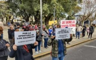 """""""Tocamos fondo"""", protestan desde los salones de eventos"""