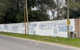 Villa Luzuriaga: vecinos del barrio Peluffo denuncian que les taparon un mural con pintadas políticas